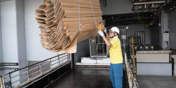 工場より安全に注意して積み込みます